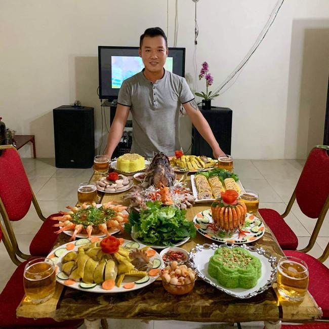 """Sang nước ngoài 10 năm, chàng trai Bắc Ninh vẫn nấu món Việt """"đỉnh của đỉnh"""", mâm cơm luôn ăm ắp đồ ăn hệt như đại tiệc! - Ảnh 1."""