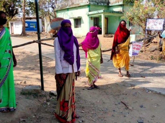 Mặc bão Covid-19 càn quét Ấn Độ, ngôi làng này vẫn không có một ca nhiễm nào, nhìn cảnh tượng ở cổng làng ai cũng ngỡ ngàng đến thán phục - Ảnh 1.