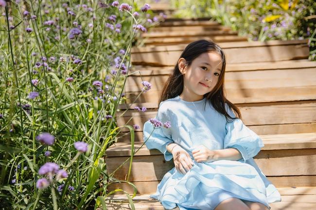 """Con gái Hà Kiều Anh xinh như thiên thần trong loạt ảnh mới, mẹ tiết lộ có sở thích đặc biệt với màu xanh vì 1 lý do """"cạn lời"""" - Ảnh 2."""
