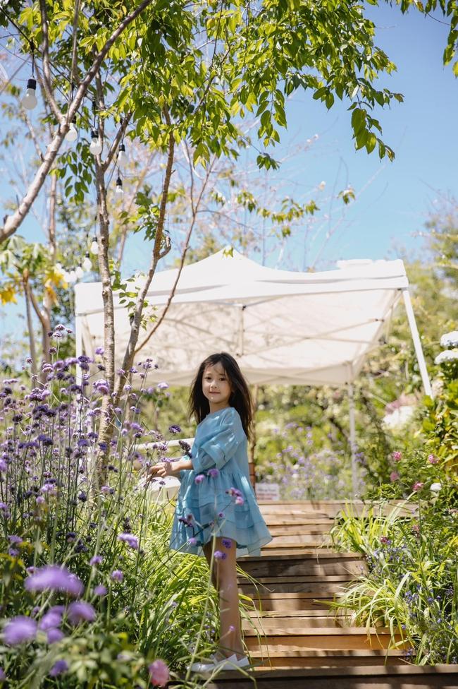 """Con gái Hà Kiều Anh xinh như thiên thần trong loạt ảnh mới, mẹ tiết lộ có sở thích đặc biệt với màu xanh vì 1 lý do """"cạn lời"""" - Ảnh 4."""