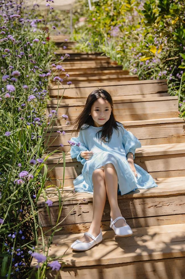 """Con gái Hà Kiều Anh xinh như thiên thần trong loạt ảnh mới, mẹ tiết lộ có sở thích đặc biệt với màu xanh vì 1 lý do """"cạn lời"""" - Ảnh 1."""