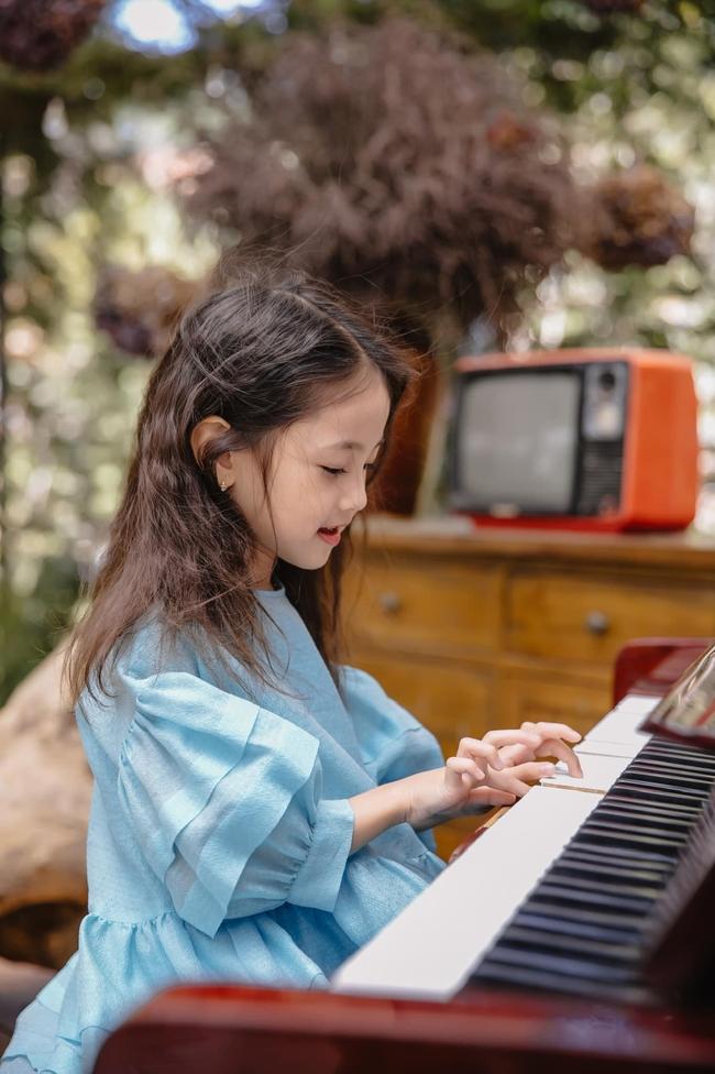 """Con gái Hà Kiều Anh xinh như thiên thần trong loạt ảnh mới, mẹ tiết lộ có sở thích đặc biệt với màu xanh vì 1 lý do """"cạn lời"""" - Ảnh 3."""