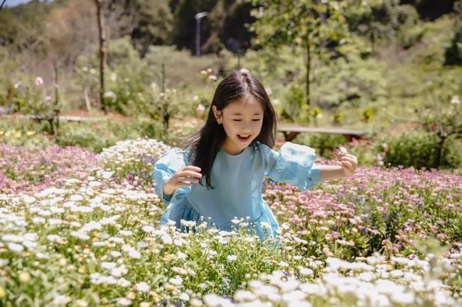 """Con gái Hà Kiều Anh xinh như thiên thần trong loạt ảnh mới, mẹ tiết lộ có sở thích đặc biệt với màu xanh vì 1 lý do """"cạn lời"""" - Ảnh 6."""