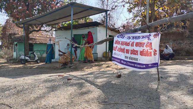 Mặc bão Covid-19 càn quét Ấn Độ, ngôi làng này vẫn không có một ca nhiễm nào, nhìn cảnh tượng ở cổng làng ai cũng ngỡ ngàng đến thán phục - Ảnh 2.