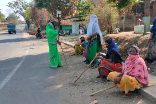 Mặc bão Covid-19 càn quét Ấn Độ, ngôi làng này vẫn không có một ca nhiễm nào, nhìn cảnh tượng ở cổng làng ai cũng ngỡ ngàng đến thán phục - Ảnh 3.