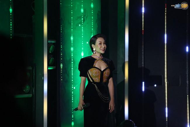 """Chỉ bằng một ánh mắt, Nguyễn Hải Phong """"vạch trần"""" Uyên Linh hát mà sợ quên lời - Ảnh 2."""