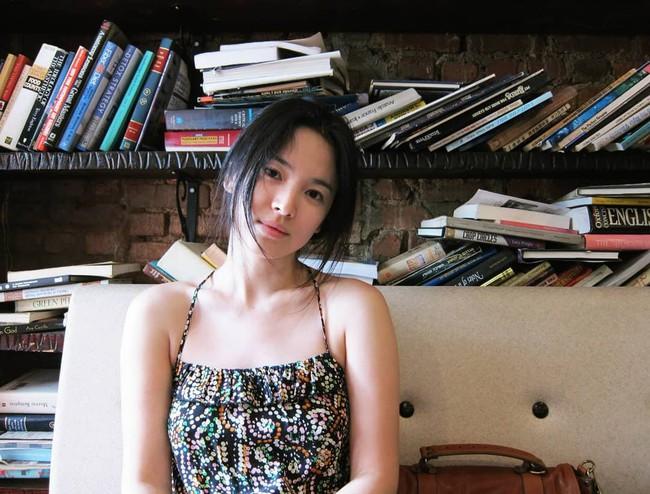 Song Hye Kyo và những lần diện đồ hai dây khoe vai trần gợi cảm, mướt mắt - Ảnh 8.