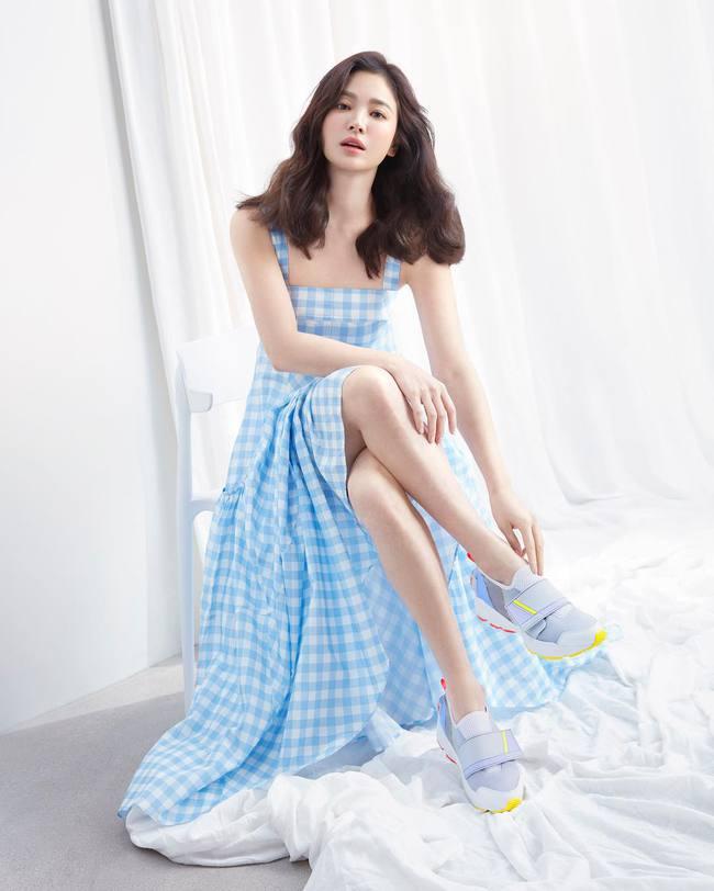 Song Hye Kyo và những lần diện đồ hai dây khoe vai trần gợi cảm, mướt mắt - Ảnh 9.
