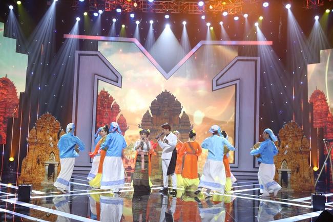 """Chỉ bằng một ánh mắt, Nguyễn Hải Phong """"vạch trần"""" Uyên Linh hát mà sợ quên lời - Ảnh 4."""