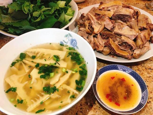 Con dâu tỷ phú Hoàng Kiều sống trong biệt thự 750 tỷ trên đất Mỹ vẫn tự tay vào bếp, nấu toàn bữa ăn chuẩn vị Việt - Ảnh 6.