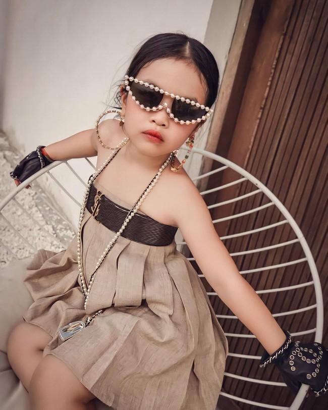 """Gái út nhà Minh Nhựa mới 5 tuổi đã là rich kid thứ thiệt, đụng hàng cả với Ngọc Trinh chiếc túi Chanel """"tin hin"""" gần 60 triệu - Ảnh 1."""