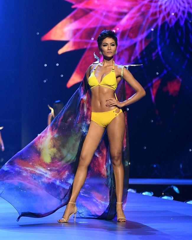 Cú xoay người huyền thoại, hay những bước catwalk bikini nóng bỏng đến ná thở, màn trình diễn của Top 5 Miss Universe 2018 H'Hen Niê vẫn khiến fan nhớ mãi - Ảnh 13.