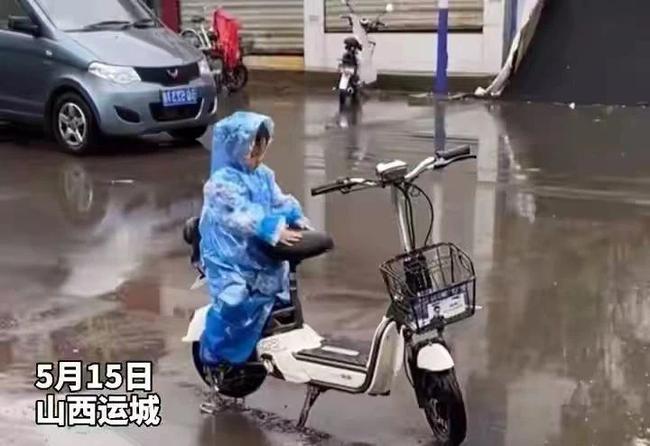 Ngồi trông xe cho mẹ giữa trời mưa, cậu bé có hành động bất ngờ làm bao người lớn tan chảy - Ảnh 1.