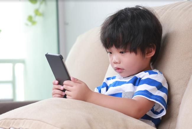 """Cứ bận việc lại """"quăng"""" điện thoại cho con chơi, một thời gian sau bà mẹ tá hỏa sao khi thấy con có gì đó khác lạ - Ảnh 3."""