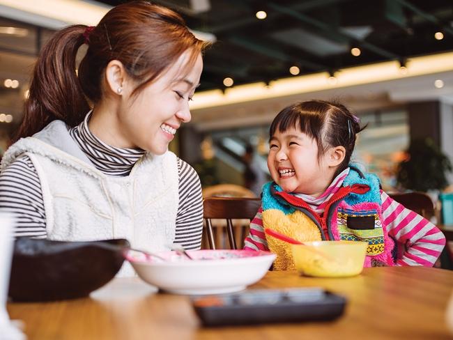 4 điều bố mẹ nên tuyệt đối tránh khi nói chuyện cùng con để con không khép mình lại - Ảnh 1.