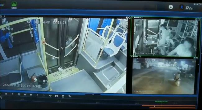 Thót tim xem đoạn clip bé gái mắc kẹt chân vào cửa xe buýt rồi bị kéo lê trên đường - Ảnh 2.