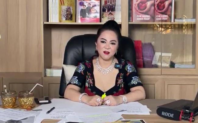 """Mỗi lần livestream, dân tình lại lóa mắt trước những món trang sức """"nặng trĩu"""" cổ của bà Phương Hằng đến Hà Hồ, Lệ Quyên cũng phải """"xin hàng"""" - Ảnh 6."""