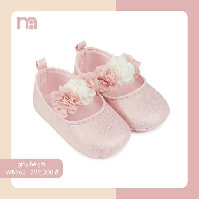 """Thỉnh thoảng mới được mẹ cho ăn diện ra phố, bé Lisa nhà Hồ Ngọc Hà đi đôi giày xinh như công chúa mà giá lại rất """"yêu thương"""" - Ảnh 3."""