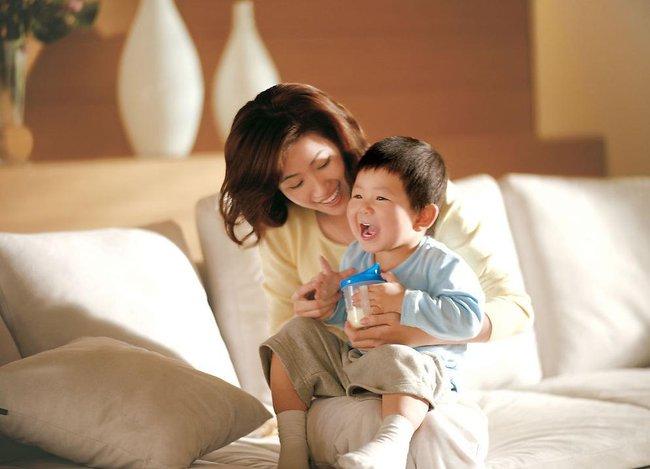 Cậu bé ngã khóc lóc ăn vạ mẹ phải lắc đầu ngán ngẩm, bà nội chỉ nói 1 câu này cậu bé nín khóc ngay lập tức - Ảnh 2.
