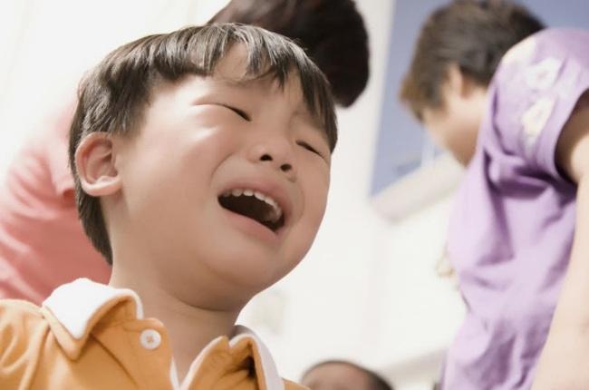 Cậu bé ngã khóc lóc ăn vạ mẹ phải lắc đầu ngán ngẩm, bà nội chỉ nói 1 câu này cậu bé nín khóc ngay lập tức - Ảnh 1.