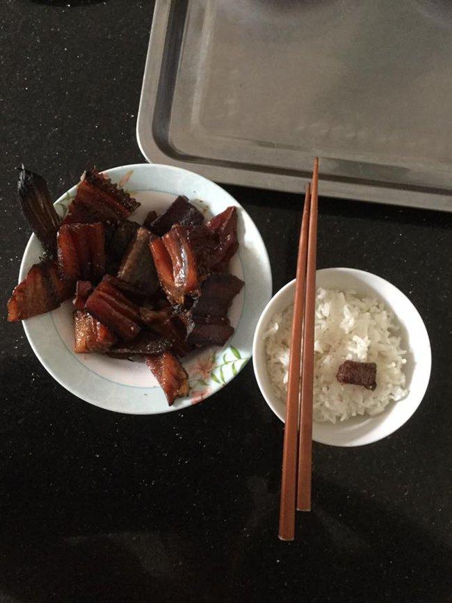 """Trong thẻ có hàng chục tỷ, Hoài Linh vẫn ăn uống đạm bạc, có bữa chỉ dăm ba con cá khô là đủ thấy """"ngon tét nách"""" - Ảnh 7."""