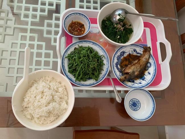 """Trong thẻ có hàng chục tỷ, Hoài Linh vẫn ăn uống đạm bạc, có bữa chỉ dăm ba con cá khô là đủ thấy """"ngon tét nách"""" - Ảnh 5."""