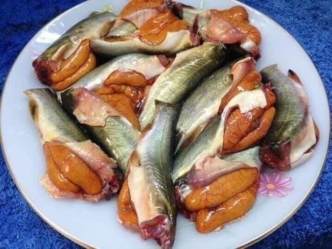 """Trong thẻ có hàng chục tỷ, Hoài Linh vẫn ăn uống đạm bạc, có bữa chỉ dăm ba con cá khô là đủ thấy """"ngon tét nách"""" - Ảnh 17."""