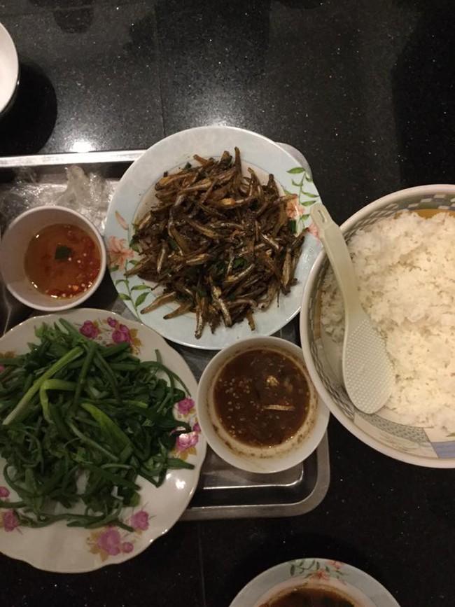 """Trong thẻ có hàng chục tỷ, Hoài Linh vẫn ăn uống đạm bạc, có bữa chỉ dăm ba con cá khô là đủ thấy """"ngon tét nách"""" - Ảnh 13."""