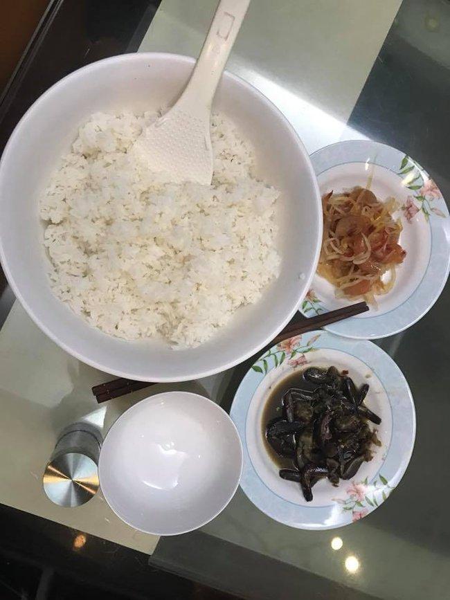 """Trong thẻ có hàng chục tỷ, Hoài Linh vẫn ăn uống đạm bạc, có bữa chỉ dăm ba con cá khô là đủ thấy """"ngon tét nách"""" - Ảnh 8."""