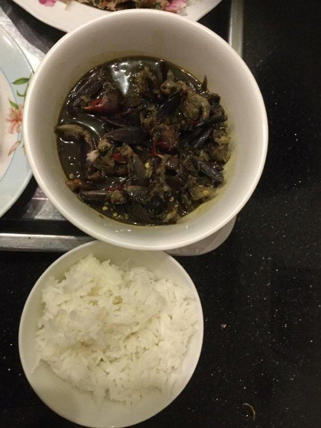 """Trong thẻ có hàng chục tỷ, Hoài Linh vẫn ăn uống đạm bạc, có bữa chỉ dăm ba con cá khô là đủ thấy """"ngon tét nách"""" - Ảnh 6."""