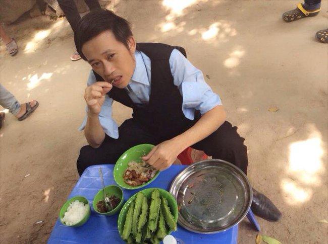 """Trong thẻ có hàng chục tỷ, Hoài Linh vẫn ăn uống đạm bạc, có bữa chỉ dăm ba con cá khô là đủ thấy """"ngon tét nách"""" - Ảnh 12."""