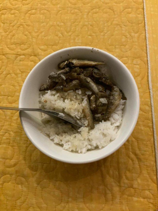 """Trong thẻ có hàng chục tỷ, Hoài Linh vẫn ăn uống đạm bạc, có bữa chỉ dăm ba con cá khô là đủ thấy """"ngon tét nách"""" - Ảnh 10."""