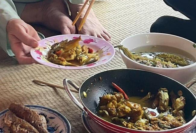 """Trong thẻ có hàng chục tỷ, Hoài Linh vẫn ăn uống đạm bạc, có bữa chỉ dăm ba con cá khô là đủ thấy """"ngon tét nách"""" - Ảnh 19."""