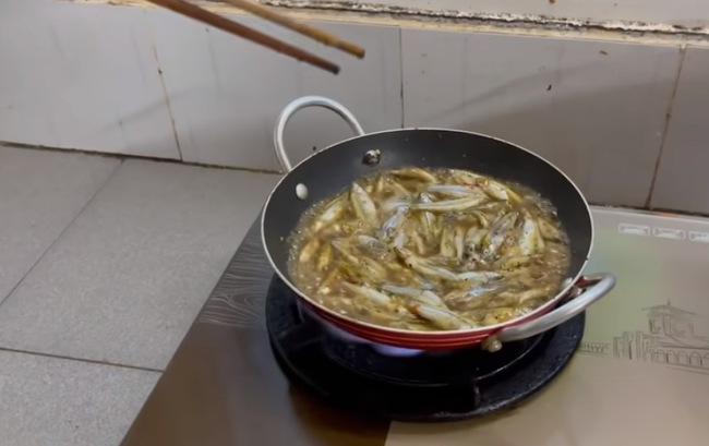 """Trong thẻ có hàng chục tỷ, Hoài Linh vẫn ăn uống đạm bạc, có bữa chỉ dăm ba con cá khô là đủ thấy """"ngon tét nách"""" - Ảnh 26."""