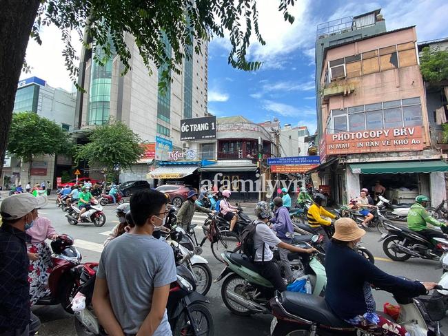 """NÓNG: Hàng trăm người có mặt theo dõi trận chiến giữa Trang Khàn và """"cậu IT"""" team bà Phương Hằng, bất ngờ phía công an xuất hiện  - Ảnh 1."""
