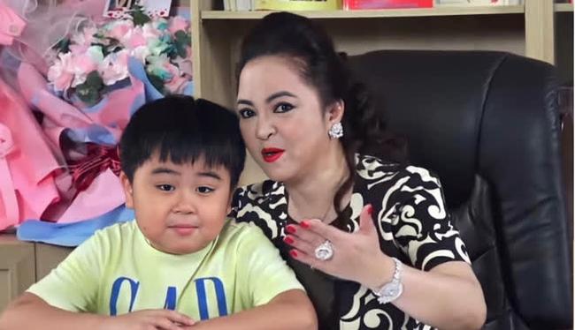 Xuất hiện ké trong livestream của mẹ, con trai bà Phương Hằng - tỷ phú nhỏ tuổi nhất Việt Nam mặc chiếc áo có giá bất ngờ - Ảnh 1.