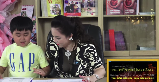 Xuất hiện ké trong livestream của mẹ, con trai bà Phương Hằng - tỷ phú nhỏ tuổi nhất Việt Nam mặc chiếc áo có giá bất ngờ - Ảnh 2.