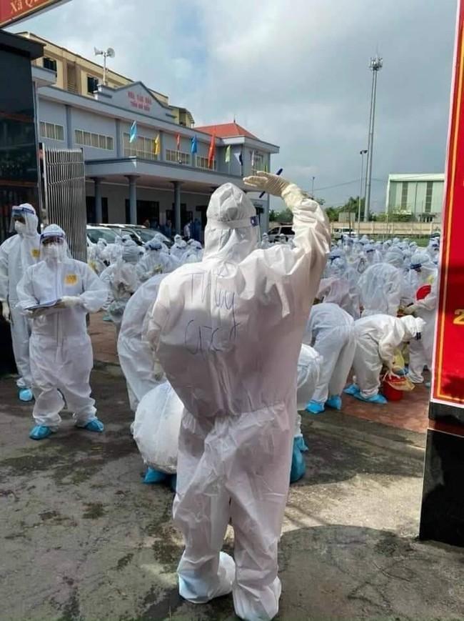 Hình ảnh tấm lưng phồng rộp của bác sĩ nơi tâm dịch Bắc Giang khiến nhiều người nghẹn ngào - Ảnh 1.