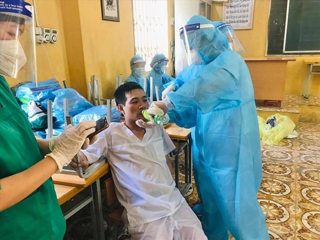 Hình ảnh tấm lưng phồng rộp của bác sĩ nơi tâm dịch Bắc Giang khiến nhiều người nghẹn ngào - Ảnh 6.