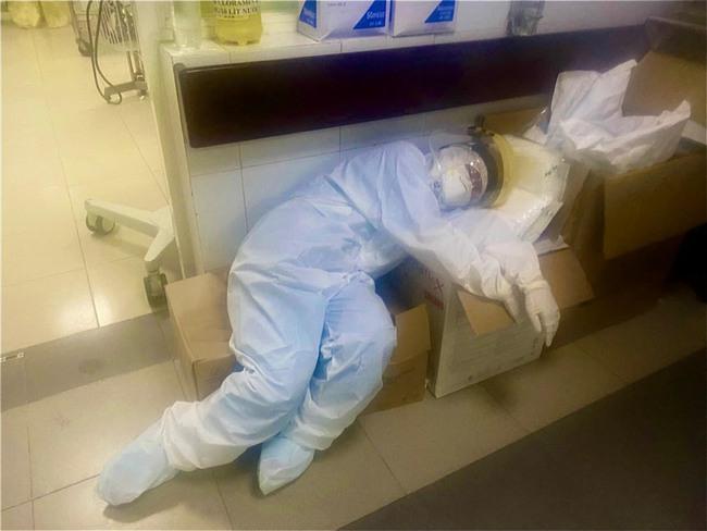Hình ảnh tấm lưng phồng rộp của bác sĩ nơi tâm dịch Bắc Giang khiến nhiều người nghẹn ngào - Ảnh 7.