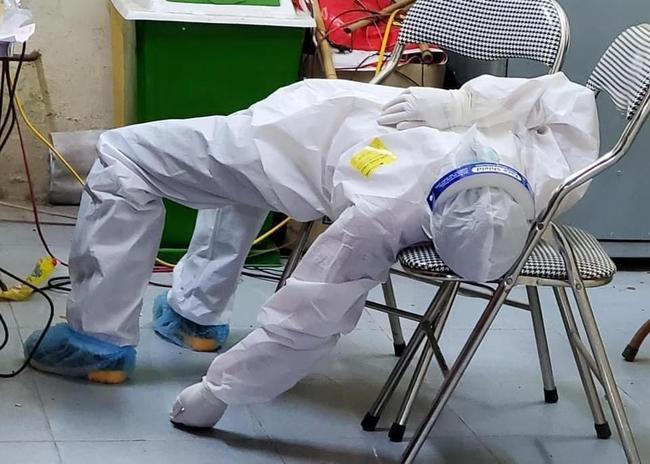 Hình ảnh tấm lưng phồng rộp của bác sĩ nơi tâm dịch Bắc Giang khiến nhiều người nghẹn ngào - Ảnh 8.