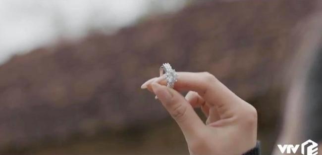 Mùa hoa tìm lại: Lệ khoe nhẫn kim cương, khiến cả họ câm nín, mua túi hiệu tặng bạn nhưng cam kết không đi làm gái - Ảnh 4.