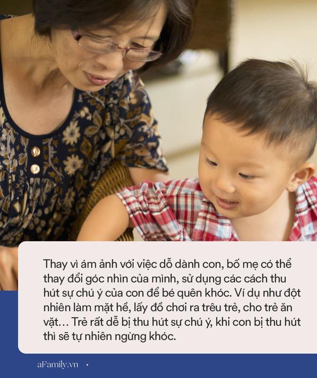 Bị ngã nhưng không được mẹ dỗ, cậu nhóc khóc lóc ầm ĩ cả nhà, lạ thay bà nội chỉ nói 1 câu này mà bé nín ngay lập tức - Ảnh 4.