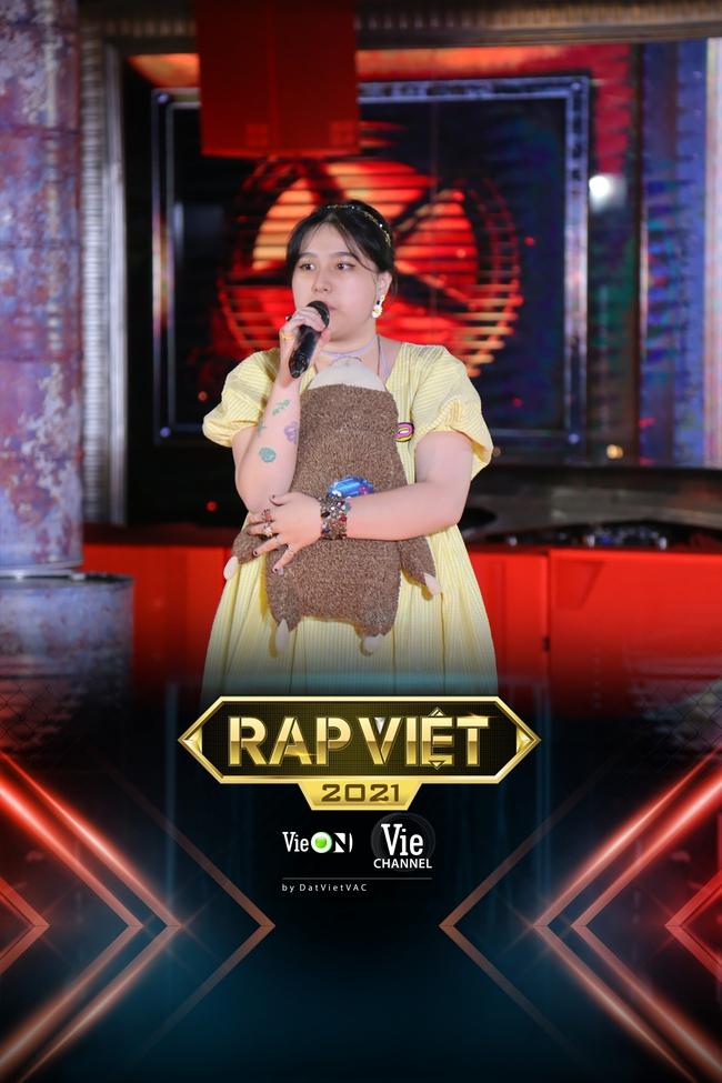 """Rap Việt: """"Touliver con"""", nữ rapper ôm gấu bông xuất hiện khiến ai nấy há hốc - Ảnh 7."""