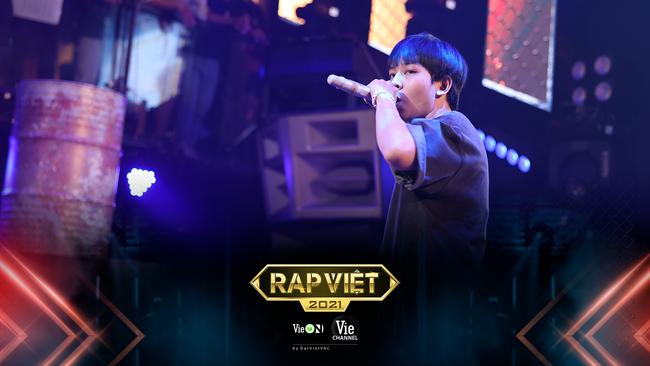 """Rap Việt: """"Touliver con"""", nữ rapper ôm gấu bông xuất hiện khiến ai nấy há hốc - Ảnh 2."""