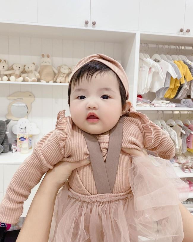 Điểm chung đáng yêu của dàn nhóc tỳ nhà sao Việt: Con gái Đông Nhi đã chập chững biết đi, Leon - Lisa nhà Hồ Ngọc Hà thích thú khi được làm điều này - Ảnh 2.