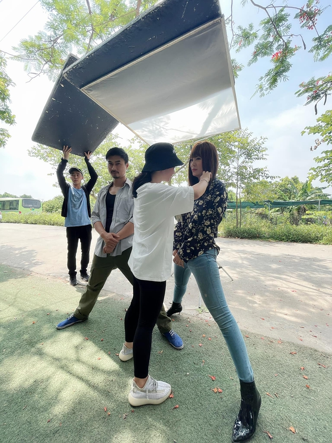 """Thanh Hương """"Mùa hoa tìm lại"""" hé lộ cảnh xoạc chân chụp ảnh, mẹo mà loạt sao Hàn đình đám như Gong Yoo, Lee Jong Suk cũng đều áp dụng - Ảnh 1."""