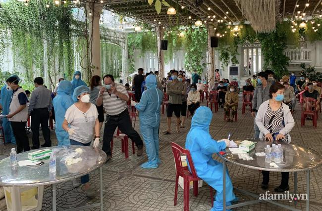 Phong tỏa con hẻm quận Gò Vấp, vận động người dân không rời nhà vì ca nghi nhiễm COVID-19 liên quan Hội thánh Phục Hưng - Ảnh 2.