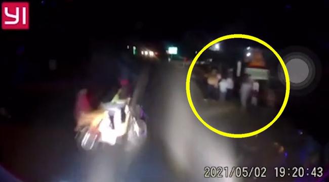 Băng qua đường lớn, 2 học sinh bị xe khách tông thương vong, khoảng khắc sự việc khiến ai nấy bàng hoàng - Ảnh 2.