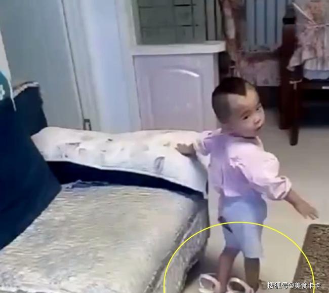 """Bị bắt quả tang đang lén thử giày cao gót, phản ứng """"nhanh như chớp"""" của cậu con trai làm mẹ phải bật cười thành tiếng - Ảnh 3."""